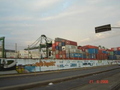 Containeres no Porto de Santos, vistos da avenida portuária (avenida Mário Covas)