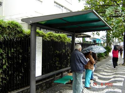 Ponto de ônibus na avenida Conselheiro Nébias