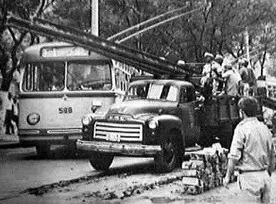 Retirada de trilhos de bonde na Praça Mauá - centro de Santos - Outubro de 1967 - A TRIBUNA DE SANTOS 10/1967