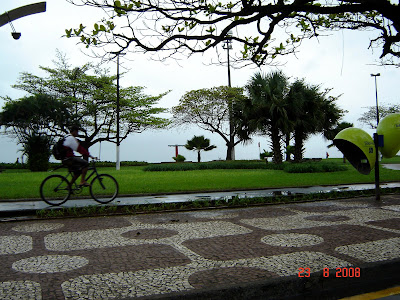 Ciclista na ciclovia da orla, na praia do Embaré em Santos - Foto de Emilio Pechini