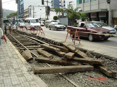 Obras de instalação dos trilhos de bondes na Avenida São Francisco em Santos - SP - Foto de Emilio Pechini em 17/09/2008