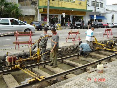 Instalação de trilhos para bonde em Santos - SP - Foto de Emilio Pechini em 17/09/2008