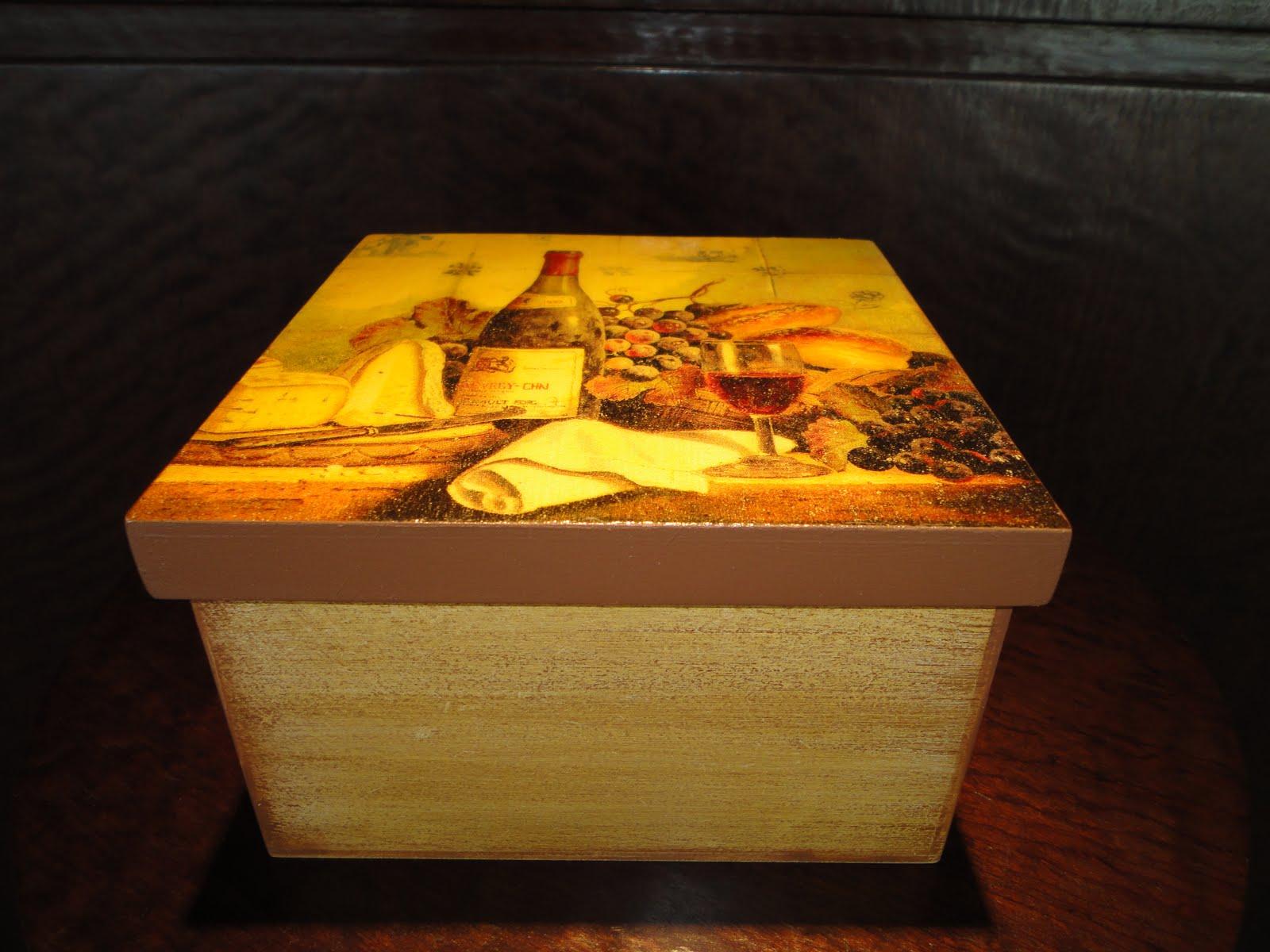 Caixa decorada Vin Rouge : Caixa em mdf 14 x 14 x 8 com decoupage e  #C79E04 1600x1200