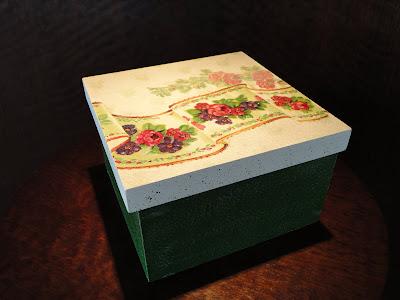 caixa com decoupage de violetas