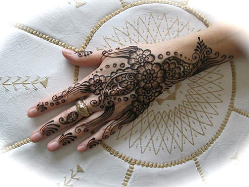 Design henna ( inai ) untuk jari dan kaki pengantin