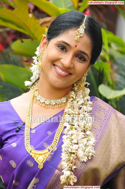 http://4.bp.blogspot.com/_AHkehVUDjTQ/S8QfAInx67I/AAAAAAAACJg/AZx26IH09Ew/s1600/gayathri-bhargavi-sexy.jpg