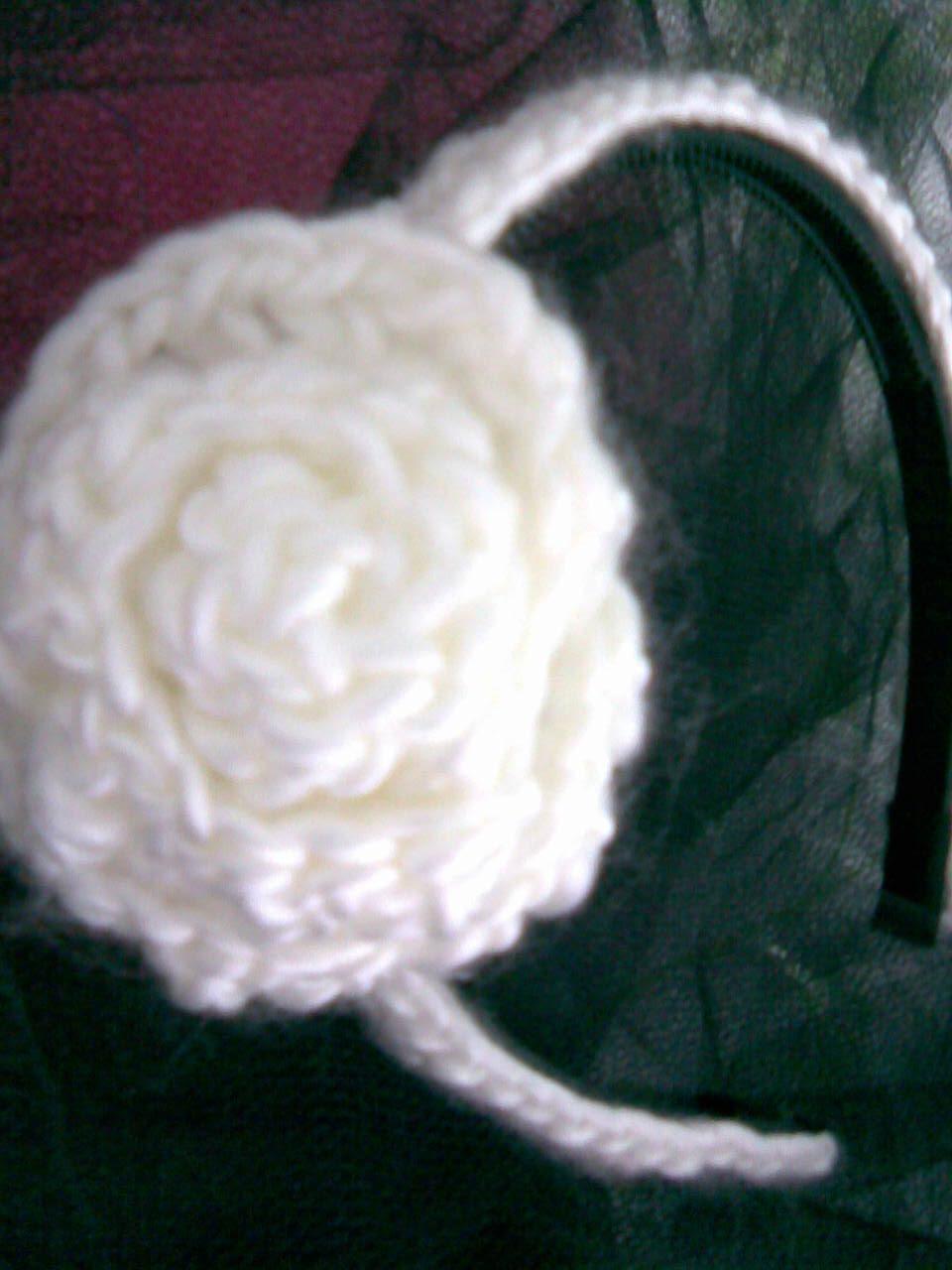 para hacerlas necesitas a bases de vincha b lana y aguja de crochet