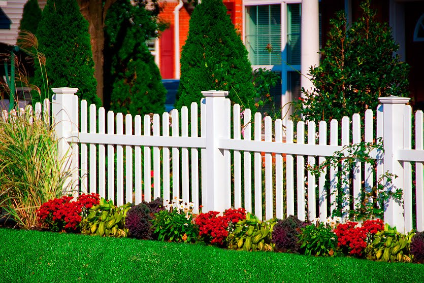 Little old house flags fences for Vallas jardin pvc