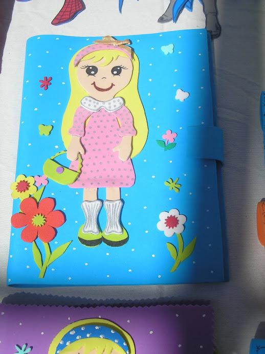 funda azul con niña rubia con su bolso
