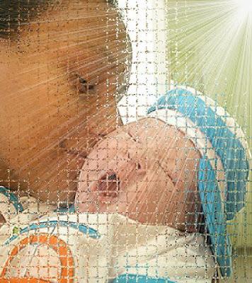 Mãe com bebê no colo