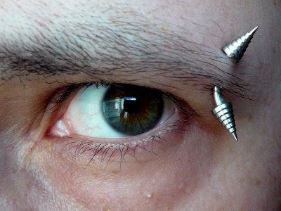 пиърсинг на веждата, facial piercing
