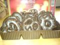 turta dulce Lambertz: in forme de inimioare, covrigei si stelute invelite in ciocolata neagra si decorate cu ciocolata cu lapte
