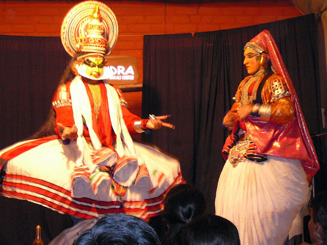 [Kathakali_performance_at_Thekkady.jpg]