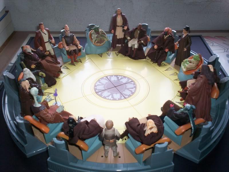 ¿Algún friki de Star Wars puede decirme el nombre de los personajes del fondo sur del Consejo Jedi, esos simpáticos caballeros de razas de fisonomía fascinante que no dicen 'está boca es mía' durante toda la trilogía nueva, y eso que la galaxia esta en sus sabias manos? No, aquí solo habla Yoda, una vez el de la cabeza en punta (y todos pasaron de él) y los humanos, que para eso son la raza guay