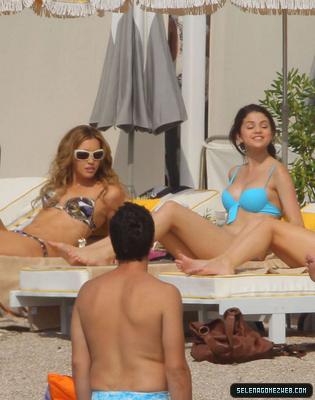 selena gomez bikini. selena gomes pictures in short