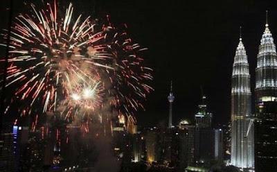 Pesta Kembang Api di Menara Petronas Malaysia