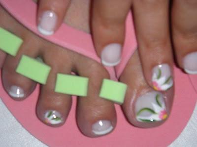 de unas de manos y pies con decoracion pintada a mano alzada