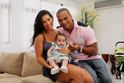Scheila Carvalho e Toni Sales mostram a filha Giullia