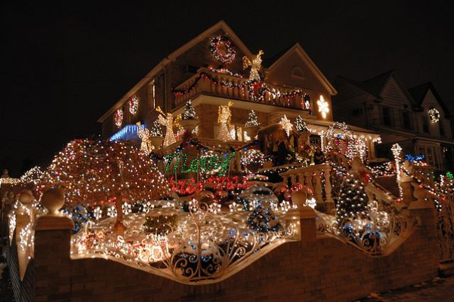 Funny pictures 14 amazing christmas decorating houses for Amazing christmas decorations