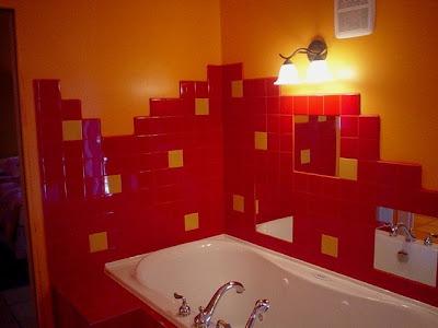Красная плитка для ванной комнаты.