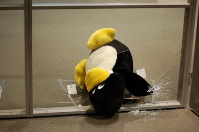 Imagen de Tux rompiendo ventanas