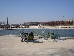 cadeiras à beira do lago