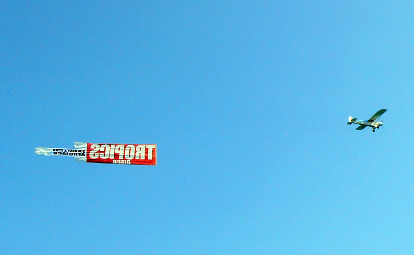 anunci anuncio ads cel cielo sky avio avion avioneta plane discoteca tropics