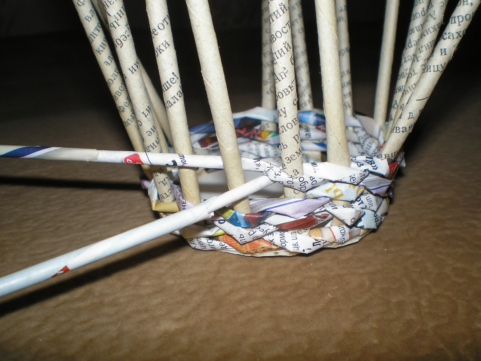 Плетение корзины из газетных трубочек: пошаговая инструкция.