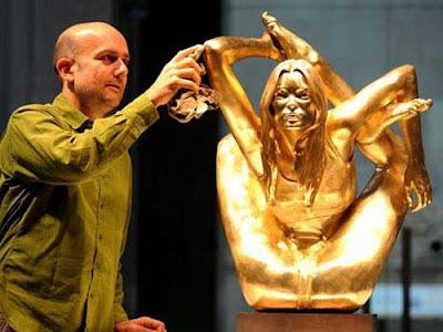 Marc Quinn poetst zijn gouden Kate Moss