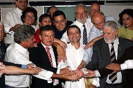 parlamentares em volta de Battisti, em apoio