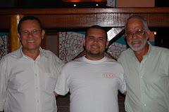 Trio comemorando a vida de Simon, no Boca Du Mar.