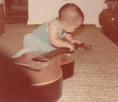 Gabriel nem andava ainda...rs... e já gostava do violão!!!!