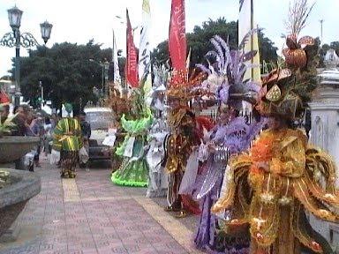 http://4.bp.blogspot.com/_B2gz1h-6N8Y/TBM8S6ZHJzI/AAAAAAAAAC0/M3y0EeoNy4A/s1600/solo+batik+carnival.jpg