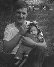 Här sitter lilla jag i knät på min pappa! Året är 1974.