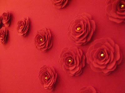Um Mural De Rosas Feitas De Feltro  Dentro Das Flores Foi Introduzidas