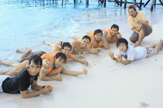 Pulau Derawan PDE Team Friends Berbaring Di Pantai - Lupuzz Tarakan