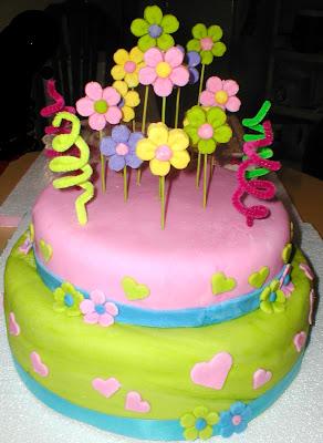 Torta de vainilla con manjar cubierta y decorada con fondant! Especial