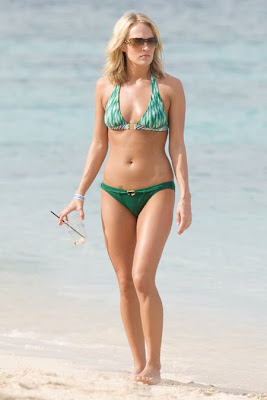 Carrie Underwood in a Green Bikini hot images