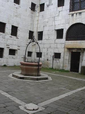 Тюремный двор