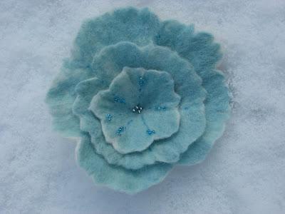 Vilten  bloem in ijsblauwe kleur