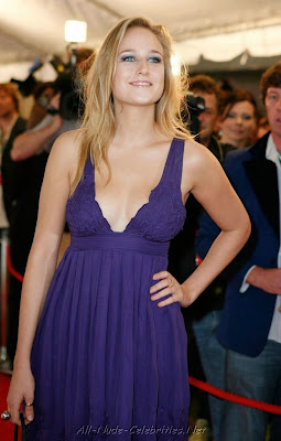Leelee Sobieski in dress shows pics