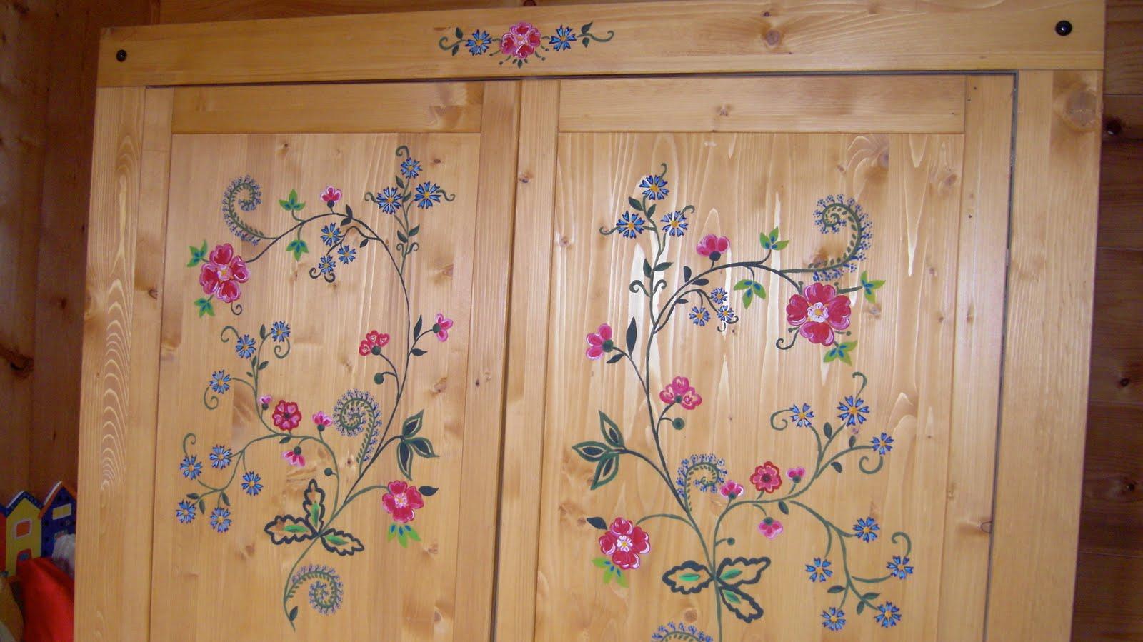 Voici Une Armoire Décorée Avec De La Peinture Sur Bois