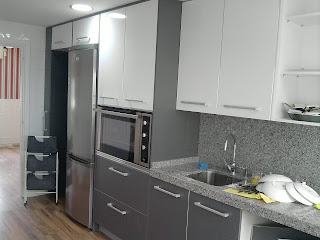 cocina formica alto brillo roja cantos aluminio encimera silestone negra
