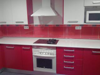 cocina formica tetrix roja y blanca encimera imitacion silestone blanca