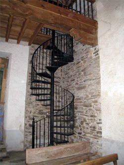 Nueva escalera hacia la tribuna