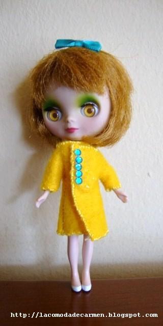 Abrigo amarillo con botones azules