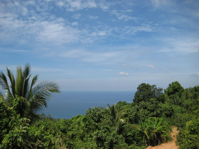 The hike down to Nui Beach