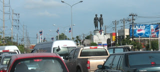 Heroines monument and traffic, 6th May