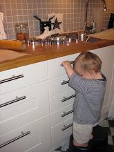 Lillasyster hjälper till i köket