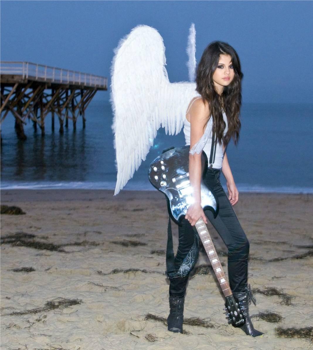 http://4.bp.blogspot.com/_BhMoCdsH2Fw/SIqBDCmbyUI/AAAAAAAAAvc/IzReRbuZL9w/s1600-R/selena-gomez-wings-05.jpg